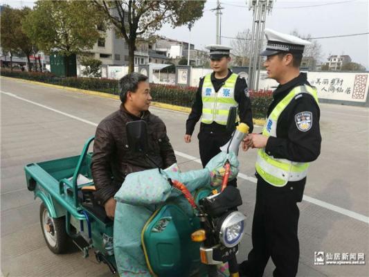 县交警大队开展交通违法查处行动